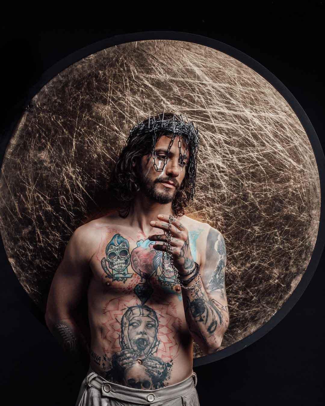 Αναστάσιος Ράμμος: Αντιδράσεις για τη φωτογράφιση που τον δείχνει σαν Ιησού στην Σταύρωση